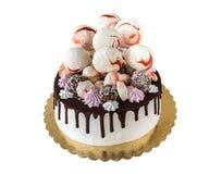 Torta poner crema con los besos de las manchas y de merengue del chocolate, estallidos de la torta, aislados en el fondo blanco Fotografía de archivo libre de regalías