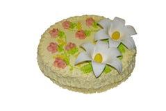 Torta poner crema deliciosa adornada con los lirios de la masilla imagen de archivo libre de regalías