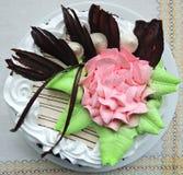 Torta poner crema hermosa en una línea blanca servilleta Imagen de archivo libre de regalías