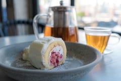 Torta poner crema suiza del rollo de la fresa en plato con crema azotada fotos de archivo libres de regalías