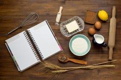 Torta que cuece en la cocina rural - receta de la pasta Fotos de archivo