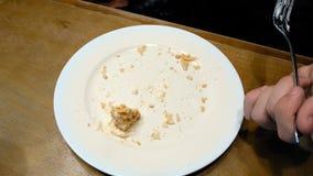 Torta que es cortada con la bifurcación en la placa blanca y comida Imágenes de archivo libres de regalías