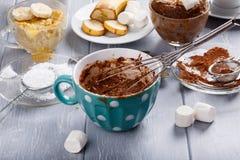 Torta rápida de la taza del chocolate con la melcocha fotografía de archivo