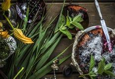 Torta rústica bonita com corintos pretos Imagens de Stock Royalty Free