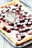 Torta rústica de la cereza sacada el polvo con el azúcar de formación de hielo imágenes de archivo libres de regalías