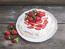 Torta rústica de Pavlova con las fresas frescas y la crema azotada ov Fotografía de archivo