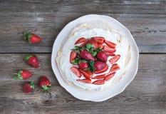 Torta rústica de Pavlova con las fresas frescas y la crema azotada ov Imágenes de archivo libres de regalías