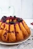 Torta recientemente cocida con las bayas del verano Fotografía de archivo libre de regalías