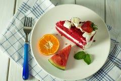 Torta roja de la fresa colocada en la placa fotografía de archivo libre de regalías