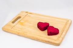 Torta roja del terciopelo de la forma del corazón en la placa de madera Imagenes de archivo