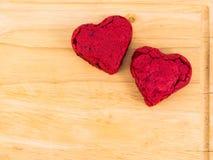 Torta roja del terciopelo de la forma del corazón en la placa de madera Foto de archivo libre de regalías