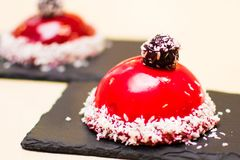 Torta roja redonda en una teja oscura Foto de archivo