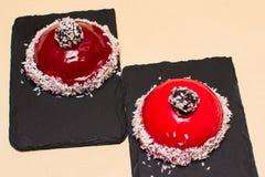 Torta roja redonda en una teja oscura Imágenes de archivo libres de regalías
