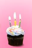Torta rosada de la taza del cumpleaños Imagen de archivo libre de regalías