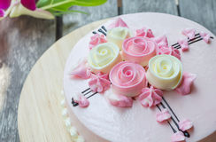 Torta rosada en la tabla de madera Fotos de archivo