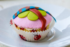 Torta rosada en un plato Foto de archivo libre de regalías
