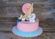 Torta rosada hermosa del bebé con el caramelo y la melcocha fotos de archivo