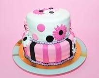 Torta rosada y blanca de dos niveles de la pasta de azúcar Fotos de archivo libres de regalías