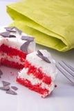 Torta rossa casalinga del velluto Fotografie Stock