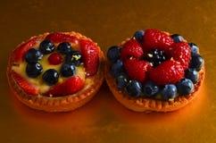 Torta rossa fresca della frutta in primavera fotografie stock libere da diritti