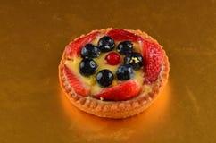 Torta rossa fresca della frutta in primavera fotografie stock