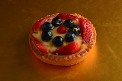 Torta rossa fresca della frutta in primavera Fotografia Stock Libera da Diritti