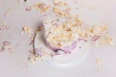 Torta rota en la tabla blanca para el primer cumpleaños Pedazos sucios Imagen de archivo libre de regalías