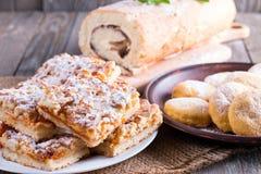 Torta, rotolo e al forno dolci su una tavola di legno fotografia stock libera da diritti