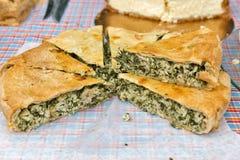 Torta rotonda saporita con il primo piano della carne e degli spinaci all'aperto Fotografia Stock Libera da Diritti