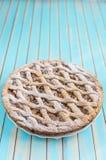 Torta rustica casalinga della crostata di mele sul piatto sopra il fondo di legno del turchese Immagine Stock Libera da Diritti