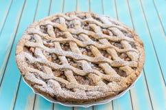 Torta rustica casalinga della crostata di mele sul piatto sopra il fondo di legno del turchese Fotografia Stock Libera da Diritti