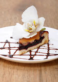Torta saboroso com orquídea da flor Fotografia de Stock Royalty Free