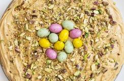 Torta sabrosa con crema del caramelo, el pistacho y sabelotodos coloridos fotografía de archivo libre de regalías