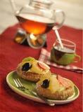 torta sabrosa con la fruta fresca y el té Imagen de archivo libre de regalías