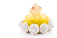 Torta sabrosa con la preparación y los merengues del amarillo Imagen de archivo