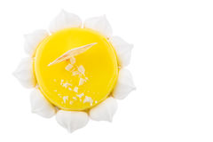 Torta sabrosa con la preparación y los merengues del amarillo Visión superior Fotografía de archivo libre de regalías