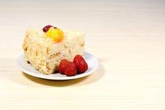 Torta sabrosa cortada con straberry y melocotón en fondo de madera Fotos de archivo libres de regalías