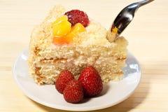 Torta sabrosa cortada con straberry y melocotón en fondo de madera Fotografía de archivo libre de regalías