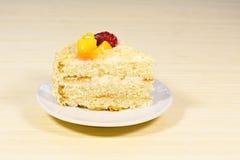 Torta sabrosa cortada con straberry y melocotón en fondo de madera Imagen de archivo