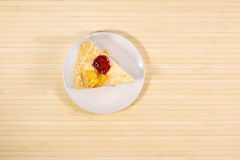 Torta sabrosa cortada con straberry y melocotón en fondo de madera Fotografía de archivo