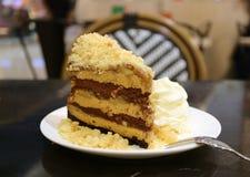 Torta sabrosa de la empanada del banoffee con la migaja y la crema azotada mullida foto de archivo
