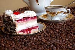 Torta saporita con una crema e una ciliegia fotografia stock