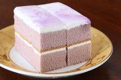 Torta squisita con crema viola fotografia stock