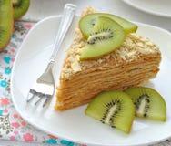 Torta stratificata con le fette di frutta di kiwi immagini stock