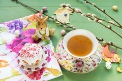 Torta, té, caramelo con las ramas del gatito-sauce y decoraciones de Pascua foto de archivo libre de regalías