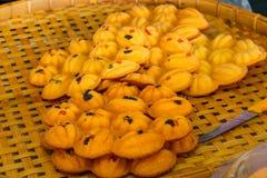 Torta tailandesa, torta del huevo con los pequeños pedazos de caramelo Tailandia en bambo Foto de archivo libre de regalías