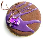 Torta texturizada chocolate de la crema batida con la opinión superior de las flores frescas de la primavera fotos de archivo libres de regalías