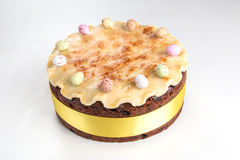 Torta tradicional de británicos Pascua de la torta de Simnel, con el desmoche del mazapán y las 12 bolas tradicionales del mazapá Fotografía de archivo libre de regalías