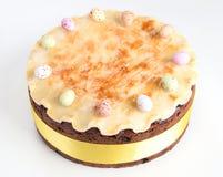 Torta tradicional de británicos Pascua de la torta de Simnel, con el desmoche del mazapán y las 12 bolas tradicionales del mazapá Foto de archivo libre de regalías