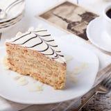 Torta tradicional de Esterhazy del húngaro con las postales de la taza y del vintage de café Imágenes de archivo libres de regalías